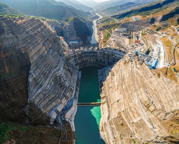 我国300米级混凝土双曲特高拱坝建造技术实现世界引领