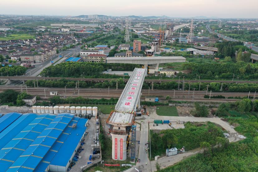 8300吨重梁体旋转98度,南沿江城际铁路精准对位